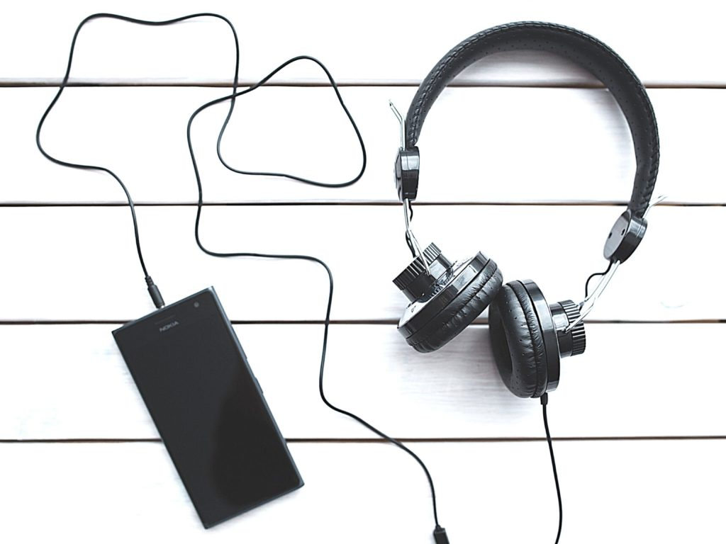 A headset and cellphone for helping auditory learners